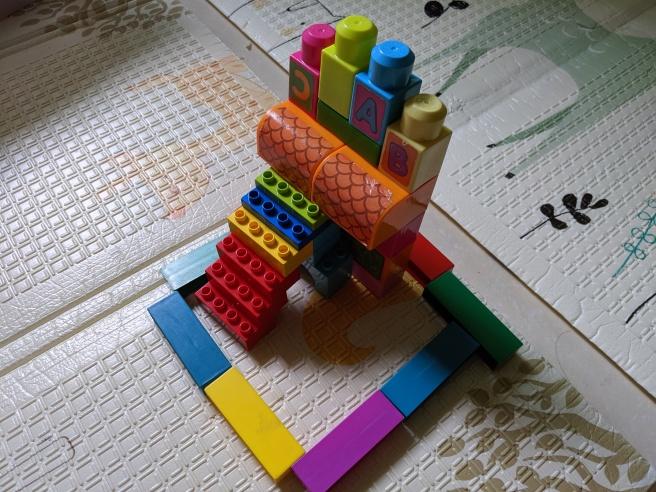 bermain lego bentuk rumah dan tangga